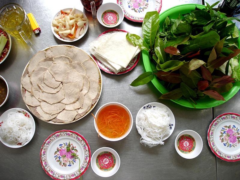 Bánh tráng phơi sương Trảng Bàng cuốn thịt Tây Ninh