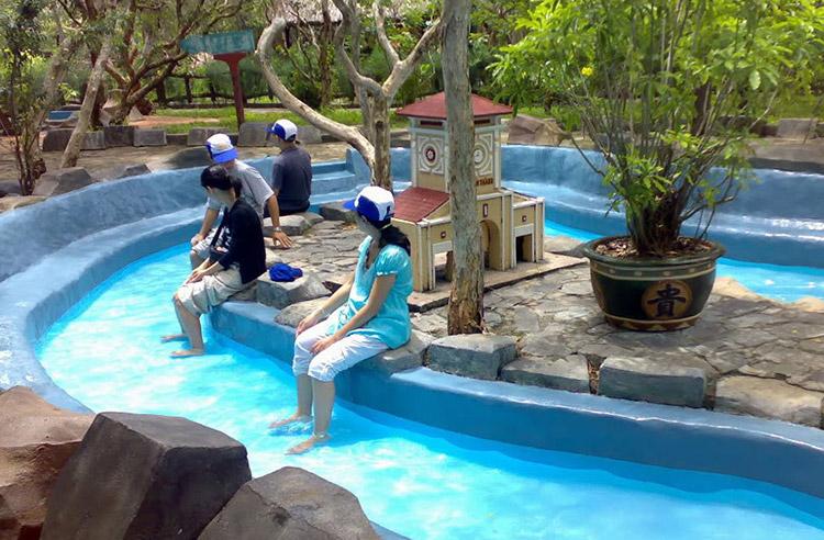 Tắm khoáng nóng Suối nước nóng Bình Châu