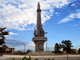 Tháp Chuông và Nhà Bia tưởng niệm Măng Đen